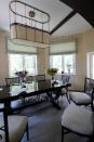 Венецианская штукатурка в столовой светлых оттенков визуально увеличивает помещение.