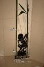 ob077 фрагмент декора ванной комнаты. Декоративная штукатурка, металлики, бамбук, камни