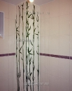 ob087 фрагмент декора ванной комнаты. Декоративная штукатурка, металлик, бамбук