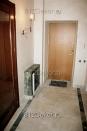 va0017 Стены - венецианская штукатурка с перламутром. Фасад пожарного лючка - роспись, имитирующая декоративную плитку на столешнице, сбоку и на полу.